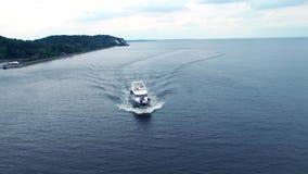 Fucilazione di modo sull'imbarcazione a motore Yacht di lusso con le top model che navigano sul fiume stock footage