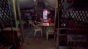 Fucilazione di notte nel villaggio indiano vecchio video d archivio