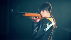 Fucilazione di sport di addestramento della donna con la pistola del fucile di aria archivi video