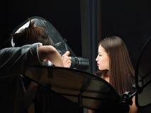 Fucilazione femminile del fotografo Immagine Stock