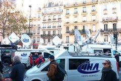 Fucilazioni di Bataclan dei furgoni della televisione Immagini Stock