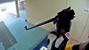 Fucile ad aria compressa caricato stock footage