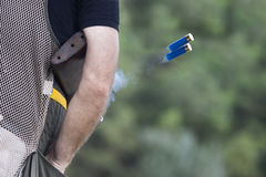 Fucile da caccia che getta le sue coperture Immagini Stock Libere da Diritti