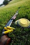 Fucile da caccia, coperture e piccioni di argilla Fotografie Stock Libere da Diritti