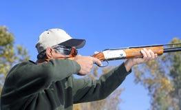 Fucile da caccia della fucilazione dell'uomo Fotografia Stock