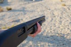 Fucile da caccia della tenuta immagine stock