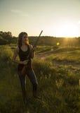 Fucile da caccia della tenuta di signora Fotografie Stock