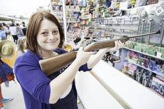 Fucile da caccia di divertimento della ragazza Fotografie Stock