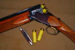 Fucile da caccia e coperture Immagine Stock Libera da Diritti