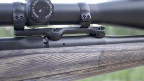Fucile da caccia in mano dell'uomo Facciata frontale dell'arma con la fine sulla vista sul fondo vago della natura stock footage