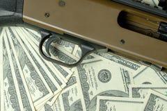 Fucile da caccia sui dollari Crimine, commercio di armi globale, vendita delle armi Caccia illegale fotografie stock libere da diritti