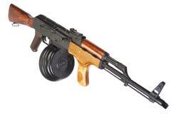 Fucile di assalto di AK 47 con la rivista rotonda del tamburo Fotografie Stock