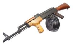 Fucile di assalto di AK 47 con la rivista rotonda del tamburo Immagini Stock Libere da Diritti