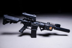 Fucile di assalto con il silenziatore e la portata ottica fotografia stock