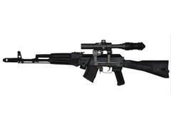 Fucile di assalto con la vista della parte di sinistra del riflescope isolato su bianco Fotografia Stock