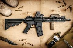 Fucile di assalto su una tavola di legno Fotografia Stock