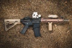 Fucile di assalto sui precedenti della foresta Fotografia Stock Libera da Diritti