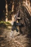 Fucile di assalto sui precedenti della foresta Immagine Stock