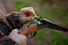 Fucile di caricamento del cacciatore fotografia stock
