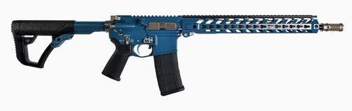 Fucile nero & blu AR15 con gli accenti degli ss isolato su fondo bianco Fotografia Stock Libera da Diritti