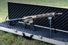 Fucile tattico Semi-automatico dipinto abitudine fotografie stock libere da diritti