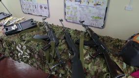 Fucili di assalto sulla tavola archivi video
