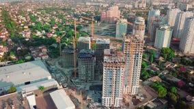 Fuco aereo Costruzione dei grattacieli nella regione di sviluppo di grande città Colpo di tramonto Nell'immagine stock footage