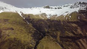 Fuco aereo della montagna sparato in Islanda, neve sulle montagne archivi video