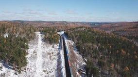 Fuco aereo di giorno di inverno seguire il treno turistico dei passeggeri ferroviari transsiberiani vicino al lago Baikal Profess video d archivio