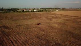 Fuco aereo POV di estate dell'automobile arancio Guidando vicino ai giacimenti di grano archivi video