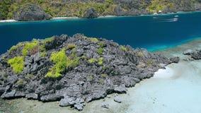 Fuco aereo rivelare movimento delle rocce enormi della scogliera davanti alla laguna nascosta della spiaggia della stella sull'is archivi video