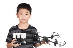 Fuco asiatico della tenuta del ragazzo e microtelefono telecomandato della radio per i hel fotografie stock libere da diritti