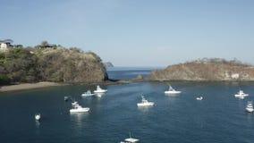 Fuco che aumenta sopra gli yacht in baia tropicale video d archivio