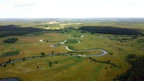 Fuco che vola indietro su sopra la campagna Colpo aereo del paesaggio soleggiato incredibile della natura Fiume serpeggiante 4K archivi video