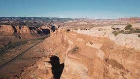 Fuco che vola molto vicino alla grande cresta della montagna del deserto, orizzonte americano soleggiato maestoso delle scogliere archivi video