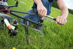 Fuco del UAV di Tightening Propeller Of del tecnico fotografie stock libere da diritti