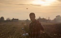 Fuco di navigazione dell'agricoltore sopra terreno coltivabile Immagini Stock
