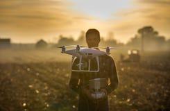 Fuco di navigazione dell'agricoltore sopra terreno coltivabile Fotografie Stock Libere da Diritti