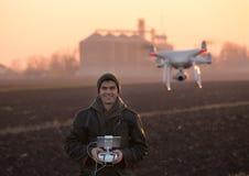 Fuco di navigazione dell'agricoltore sopra terreno coltivabile Immagini Stock Libere da Diritti