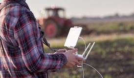 Fuco di navigazione dell'agricoltore sopra terreno coltivabile Fotografia Stock