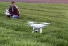 Fuco di navigazione dell'agricoltore sopra terreno coltivabile Fotografia Stock Libera da Diritti