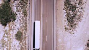Fuco di vista superiore che zumma sul camion bianco che va dalla macchina fotografica sulla bella strada della strada principale  video d archivio