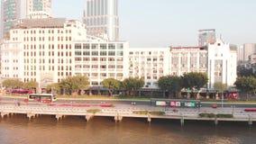 Fuco laterale di volo lungo l'argine e la strada Guangzhou, Cina video d archivio