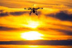 Fuco sopra il villaggio al tramonto nuvoloso Fotografia Stock