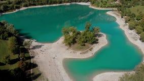 Fuco sparato di grande massa di acqua, Lago Alpino, Italia video d archivio