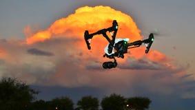 FUCO in volo - macchina fotografica professionale & x28; UAV/UAS& x29; al tramonto fotografie stock