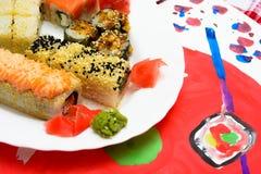 Fud艺术 在一块白色板材的日本寿司 图库摄影