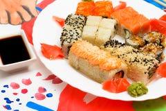 水Fud艺术 在一块白色板材的日本寿司 免版税库存图片
