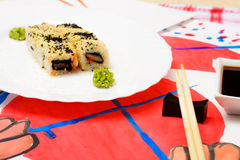 Fud konst Japansk sushi på en vit platta Royaltyfri Foto