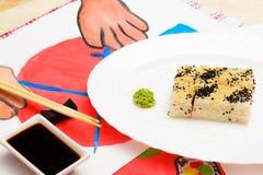 Fud konst Japansk sushi på en vit platta Royaltyfria Foton